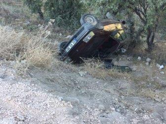 Adıyaman, Kahta'da Otomobil Şarampole Yuvarlandı: 3 Yaralı (Mustafa Büyükcelebi, Hasan Büyükcelebi, Süleyman Büyükcelebi)