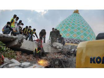 Endonezya'daki Depremde Ölü Sayısı 131'e Yükseldi
