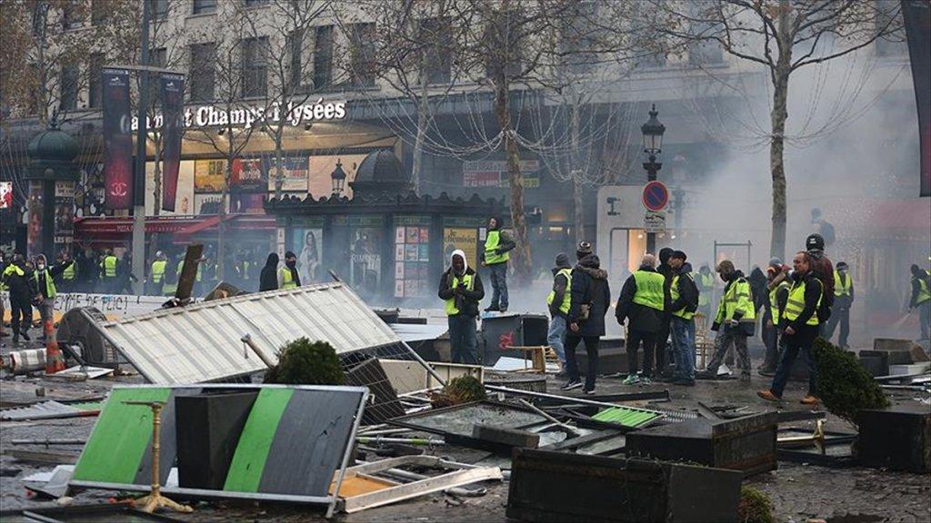 Paris'te dev gözaltılar sürüyor