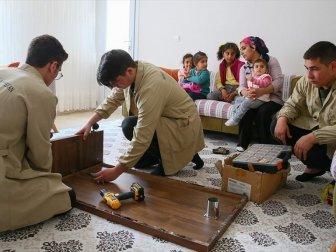 Mahallelinin Tamir İşleri İzmirli Öğrencilere Emanet