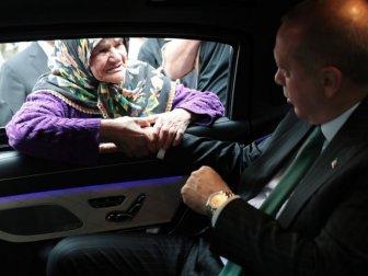 Erdoğan, Makam Aracını Durdurarak Vatandaşlarla Sohbet Etti