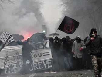 Fransa'daki Protestolar ve Grevler Üçüncü Gününde Devam Ediyor