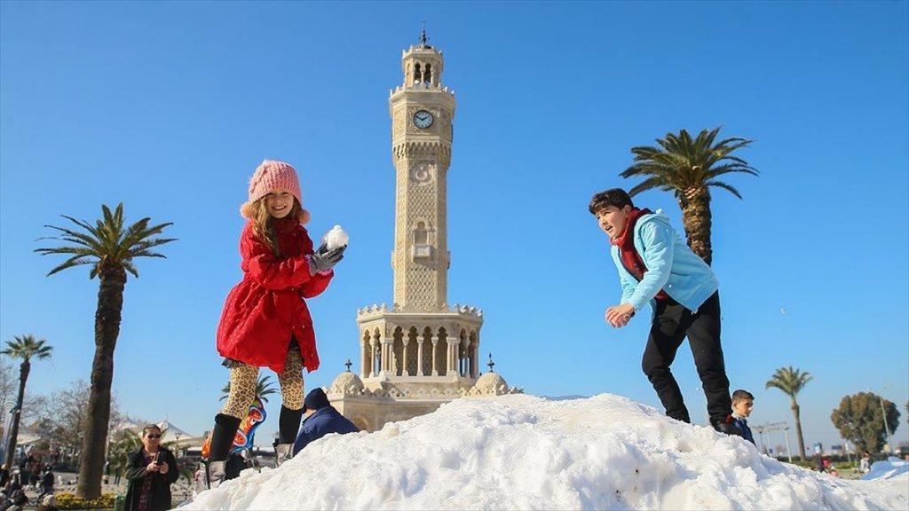 İzmir'e Kar 'Kamyonlarla' Geldi