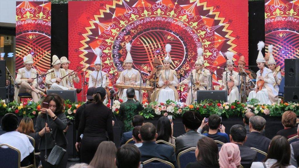 Kazakistan'da Geleneksel Halk Müzik Grubu Aralıksız 75 Ezgi Çaldı