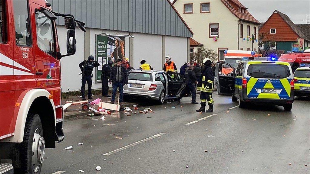 Almanya'da yine olaylı gün! Bir Araç Kalabalığın Arasına Daldı