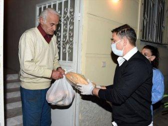 Teknik Direktör Ergün Penbe Kapı Kapı Dolaşarak Gıda ve Hijyen Paketi Dağıttı
