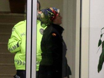 Merdiven Korkuluklarına Sıvı Süren Kadın Gözaltına Alındı