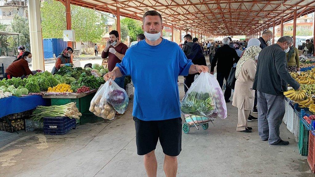 Antalyaspor oyuncusu Podolski'den Maskeli Pazar Alışverişi Paylaşımı
