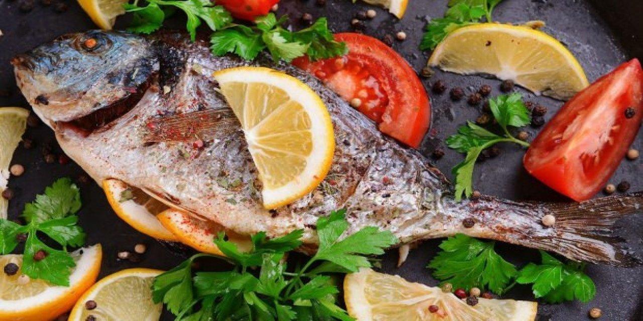 Balık Pişirirken Ev kokuyorsa pişirirken bundan bir tutam ekleyin Ev Kokmuyor ve daha lezzetli oluyor