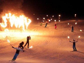 Palandöken'de kayak sezonu meşaleli gösteriyle açıldı