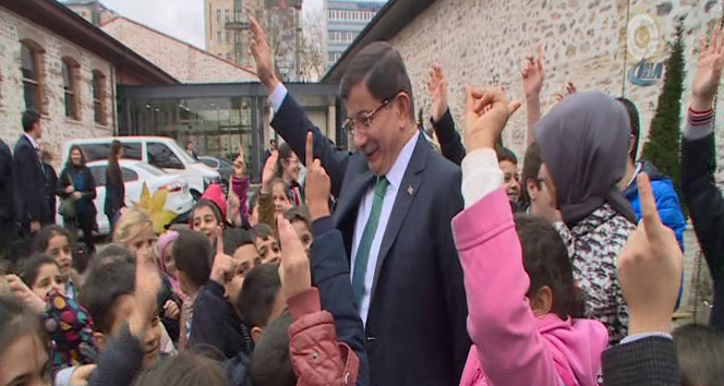 Davutoğlu öğrencileri ofisinde ağırladı