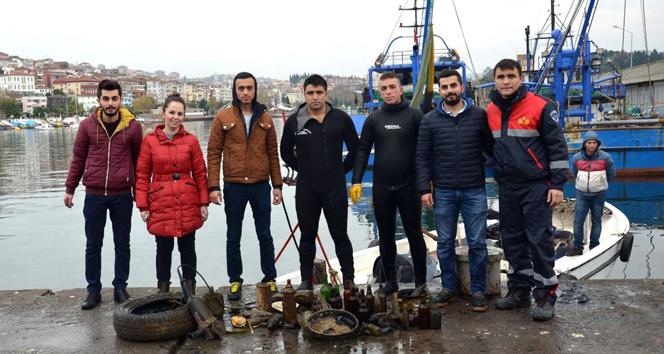 Üniversiteliler denizden çöp çıkarttılar
