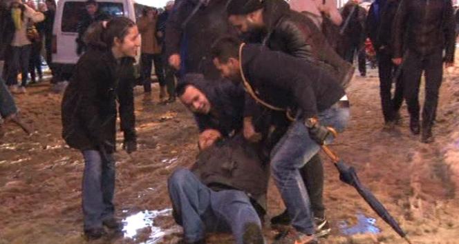 Taksim'e eğlenmeye gelen vatandaşların karla imtihanı