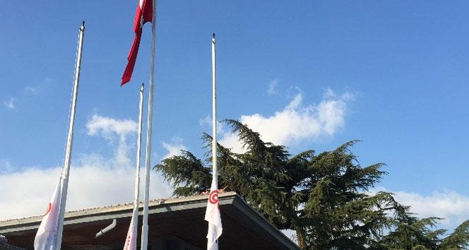 Koç Holding'de bayraklar yarıya indirildi