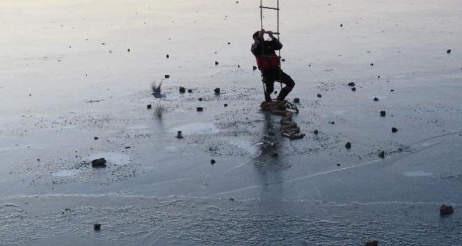 Buz tutan gölde martı kurtarma operasyonu