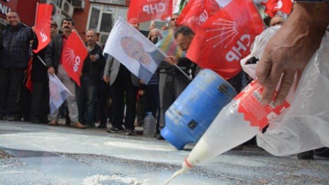 CHP'liler Kilolarca sütü sokağa döktüler! İsrafa bak!