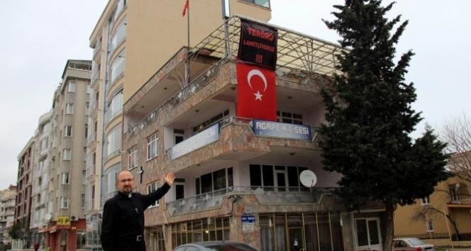 Pastörden Türk bayraklı terör tepkisi