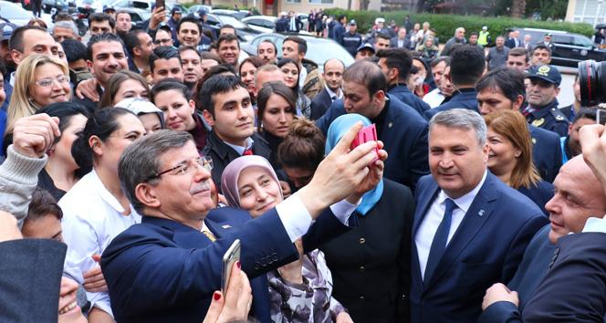 Başbakan Davutoğlu selfie çekti