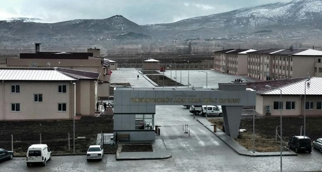 Cezaevinin çatısı uçtu: Yaralılar var