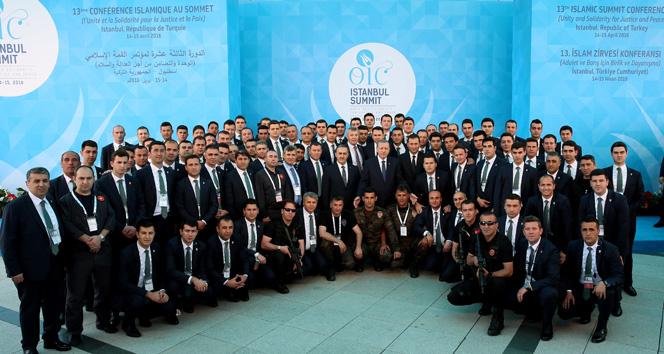 Erdoğan zirve çalışanlarıyla hatıra fotoğrafı çektirdi