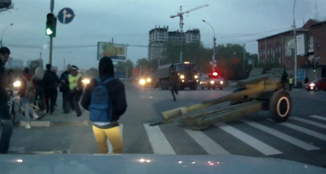 Trafikte top mermisi paniği!