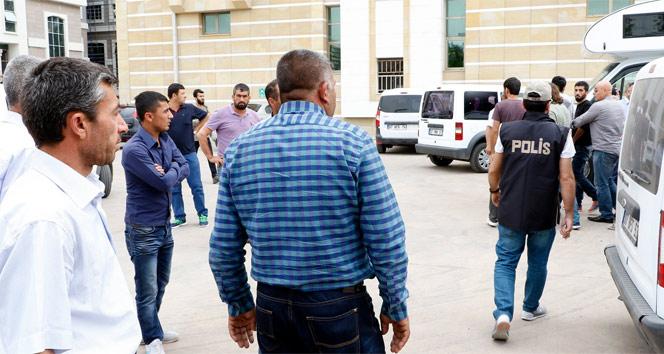 Terör suçundan tutuklanan oğluna tükürüp tepki gösterdi