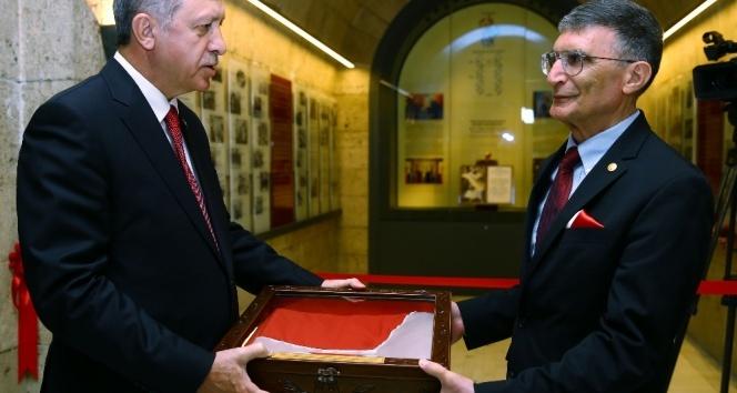 Aziz Sancar Nobel ödülünü Anıtkabir'e armağan etti