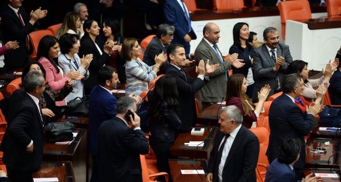 Karar sonrası HDP'li Milletvekillerinden alkışlı protesto