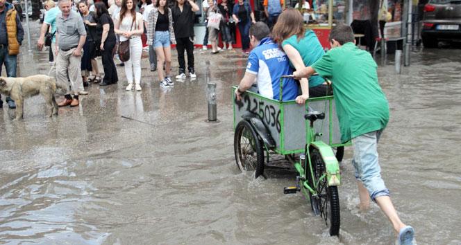 İzmir'de yağmur ticarete dönüştü