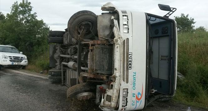 İşçileri taşıyan servis minibüsü devrildi: 1'i ağır 15 yaralı