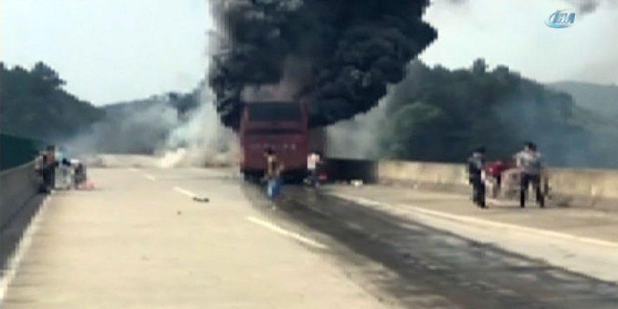 Çin'de kaza yapan yolcu otobüsü alev aldı!