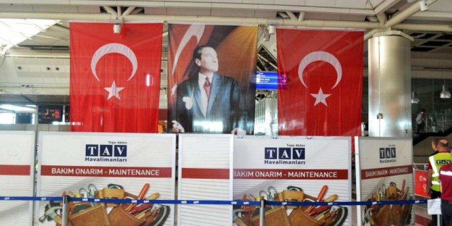 Bombanın patladığı yere Türk bayrağı asıldı