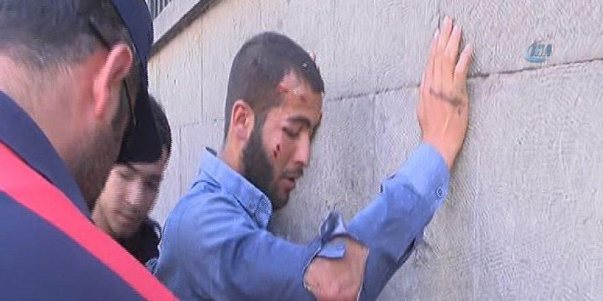 Polise satır çektiği iddia edilen şahısı linç edilmekten polis kurtardı!