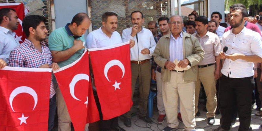 Şemdinli'de darbe girişimi bayraklı protesto