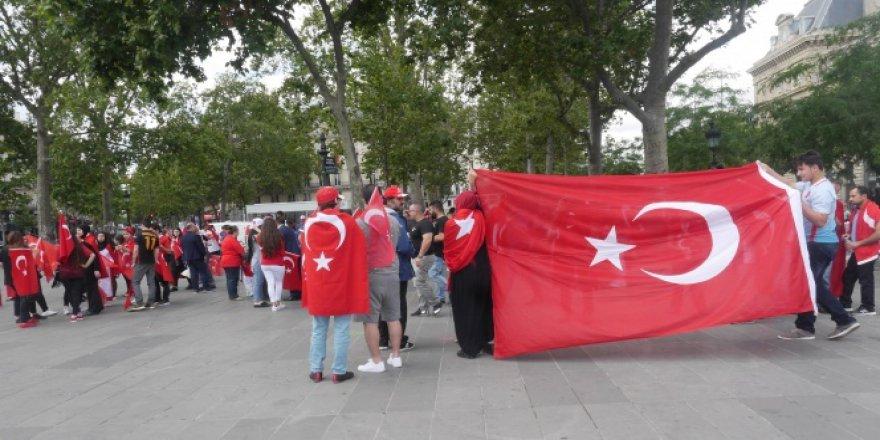 Paris'te 'Darbeye Hayır, Erdoğan'a Destek'
