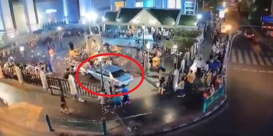 Dua eden kalabalığın içine daldı