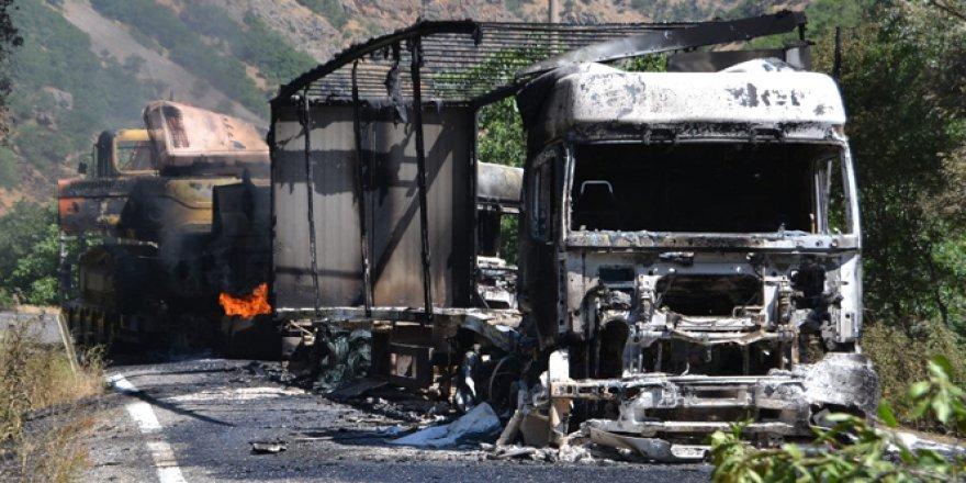 PKK, Çat-Karlıova yolunda 3 TIR'ı yaktı!