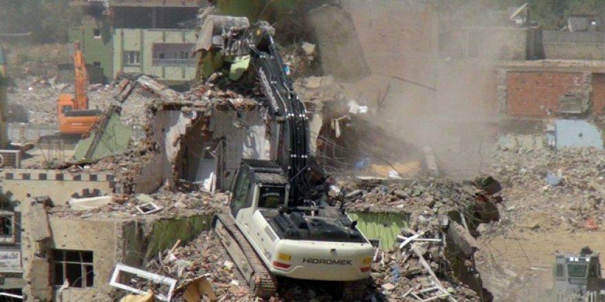 Nusaybin'de hasarlı binaların yıkımı başladı