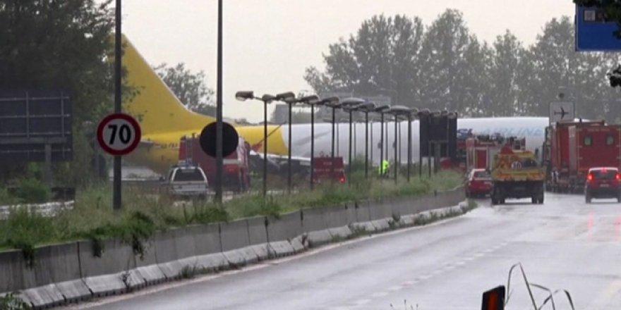 İtalya'da pistten çıkan uçak yola girdi!