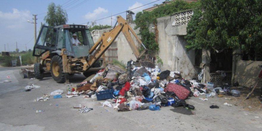 Evden 2 kamyon dolusu çöp çıktı