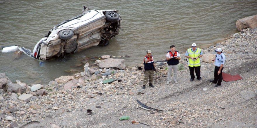 Otomobil Kelkit Çayı'na uçtu: 3 yaralı , 2 kişi..