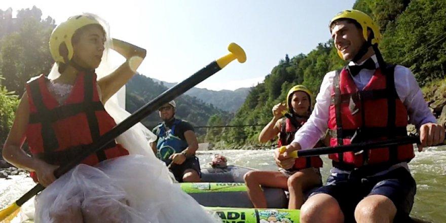 Fırtına Deresi'nde raftingciler rafting botunda nikah kıydılar