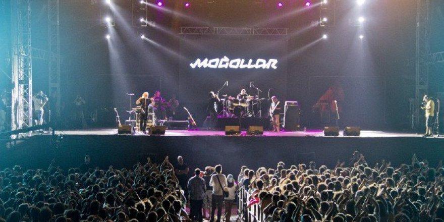 Edremit'de Rockçı Gençler Türkülerle Coştu