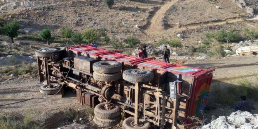 Adıyaman'da kamyon devrildi! 1 ölü, 2 yaralı