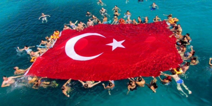 Çeşme'de 120 metrekare büyüklüğünde Türk Bayrağı!