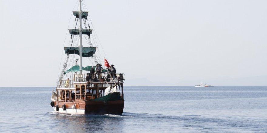 Antalya'da fırtına nedeniyle batan tur teknesinde kaybolan 2 kişi aranıyor