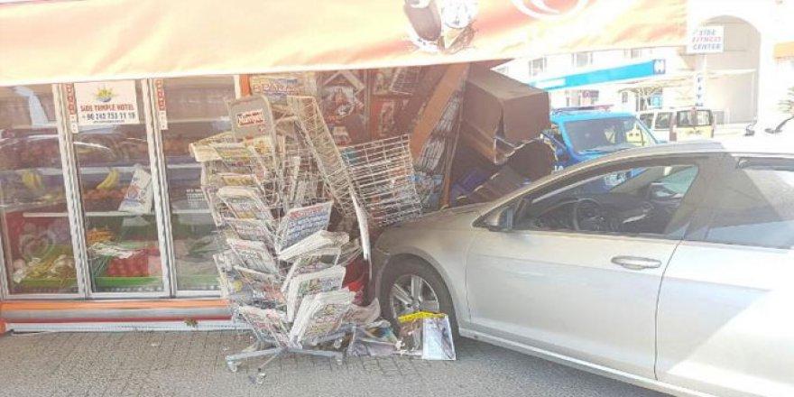 Antalya, Manavgat'ta otomobil markete girdi: 1 yaralı
