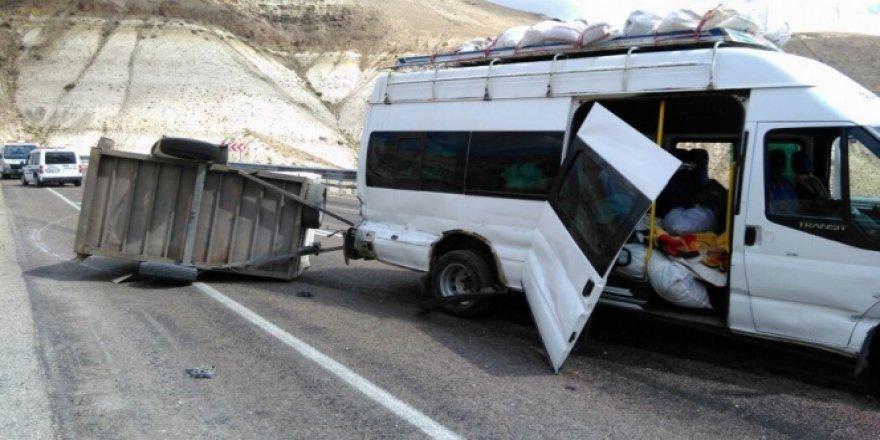 Sivas, Gürün'de mevsimlik işçileri taşıyan minibüs devrildi: 11 yaralı