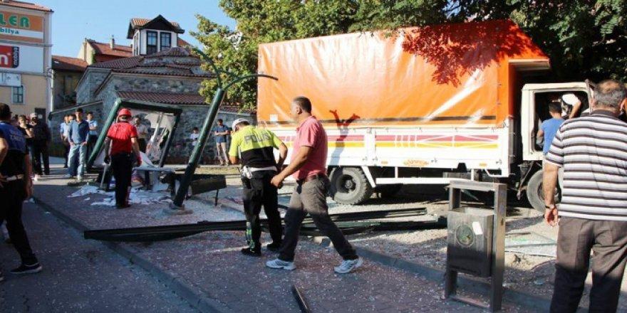 Bolu'da freni patlayan kamyon otobüs durağına daldı: 2 yaralı!