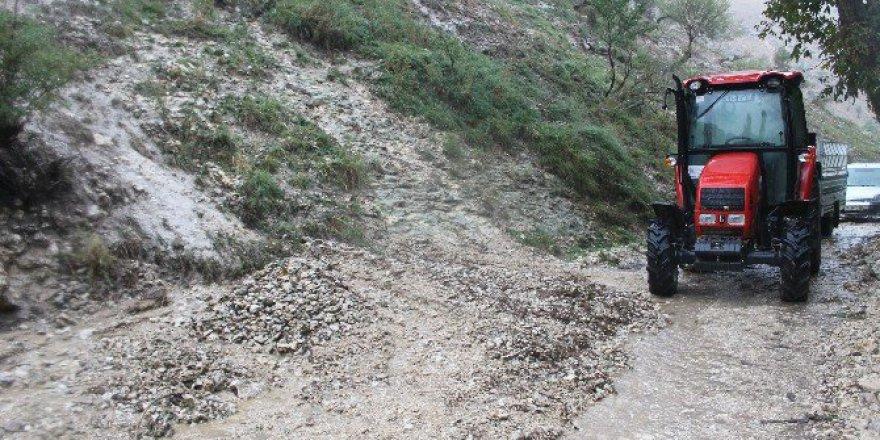 Karaman'da Heyelandan Kapanan Güldere Köy Yolu Ulaşıma Açıldı